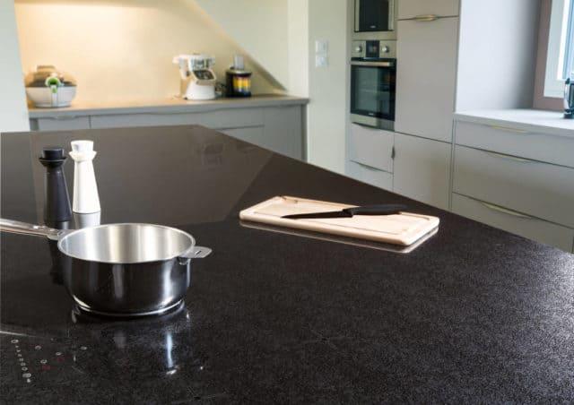 在未来厨房中,光滑时尚的欧凯微晶玻璃灶具表面大放异彩