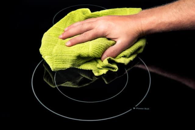 了解灶具面板清洁方式,包括使用正确的清洁材料。